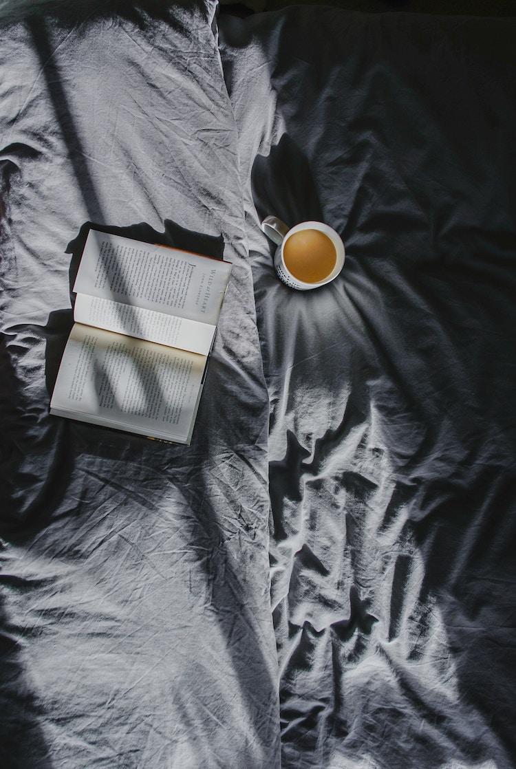bien decorer sa maison pour l hiver lit en lin drap