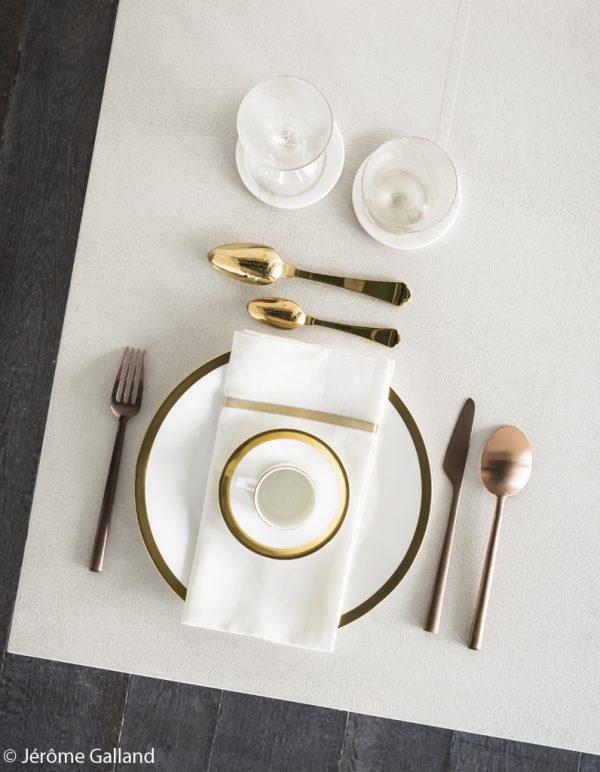 couverts dorés laiton table noel deco assiette