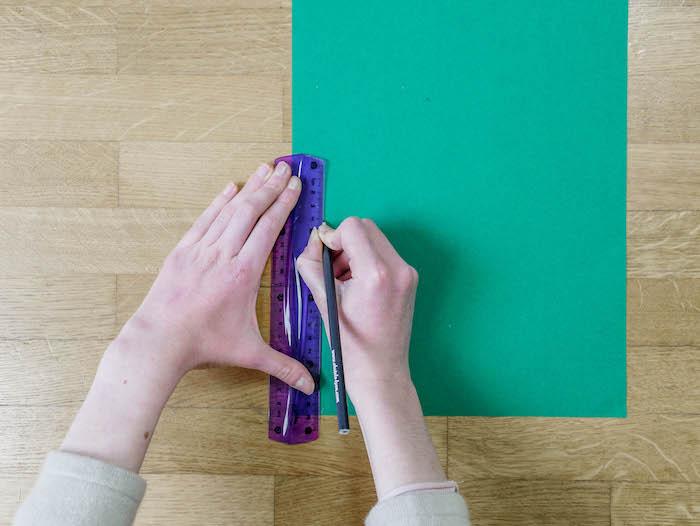 bricolage de noel etape 1 feuille regle vert