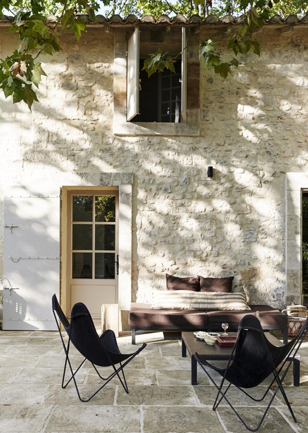 maison provençale ancienne ferme terrasse fauteuil papillon