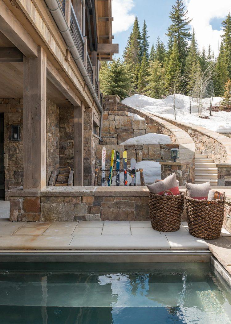 visite deco chalet a flanc de montagne piscine terrasse