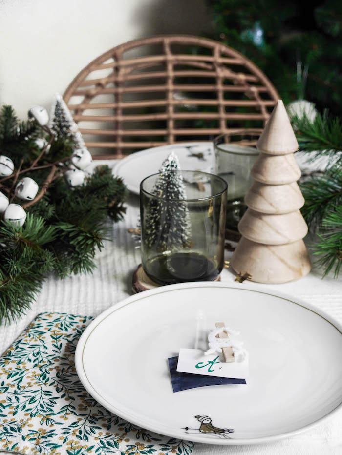 jolie table de noel nature sapin alessi boules argent vert sapins chaise rotin decoration fetes noel reveillon