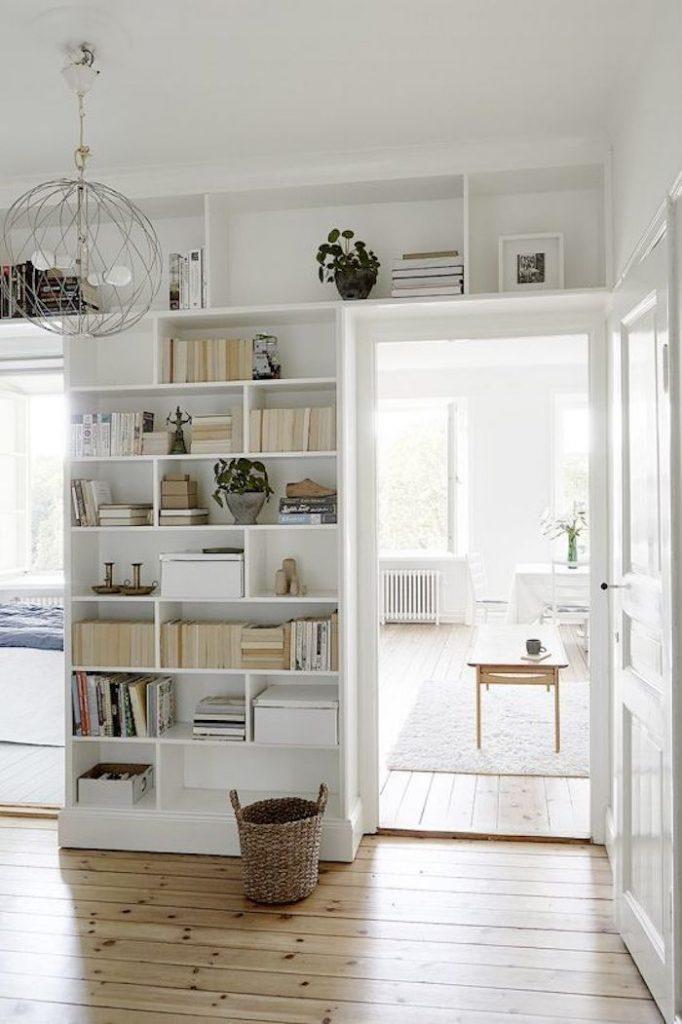 etagere blanc separation espaces petite entrée bibliothèque au dessus de la porte salon cuisine sejour salle a manger maison scandinave decor decoration home