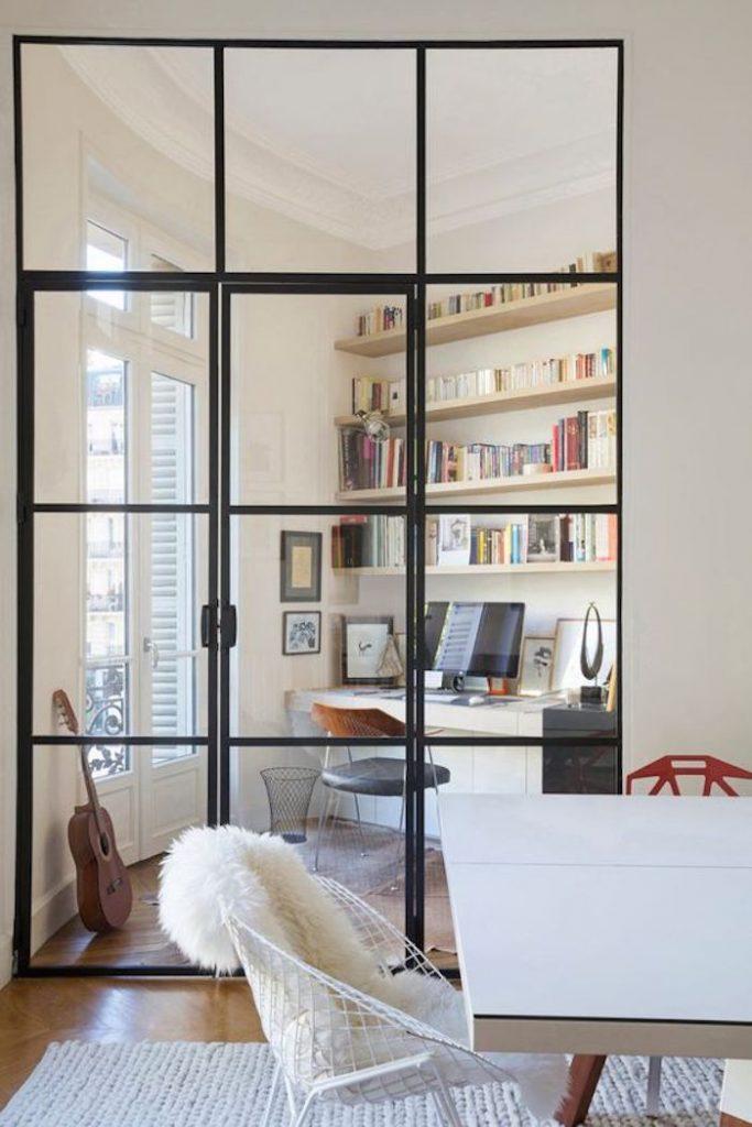 installer un coin bureau dans le salon grâce à la verrière porte style atelier dans un appartement parisien