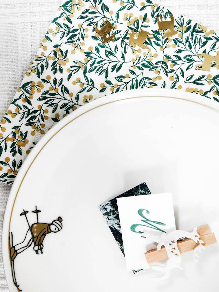 assiette skieur déco nouvel an style chalet moderne serviette en papier motif eucalyptus