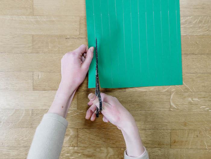 bricolage de noel etape 2 ciseaux papier vert
