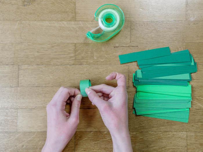 bricolage de noel etape 7 scotch bandelette vertes papier