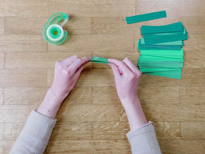 bricolage de noel etape 8 bande vertes parquet papier carton