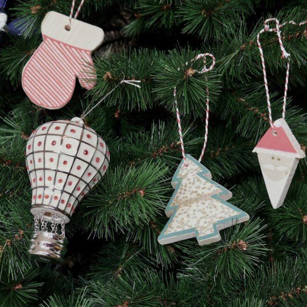 déco de Noël diy en bois ornement moufle père noel mongolfiere sapin