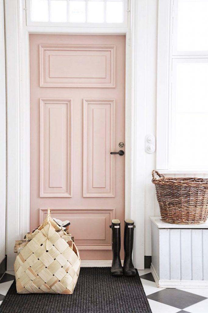 deco rose poudre teinte neutre pour entree porte rose clair bottes de pluie panier