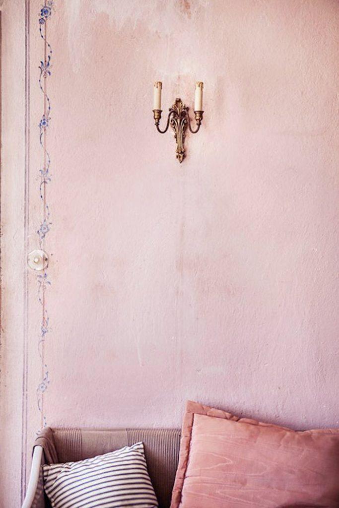 deco rose poudre salon mur coussin canape chandelier bougies mur oldschool tendance deco 2018