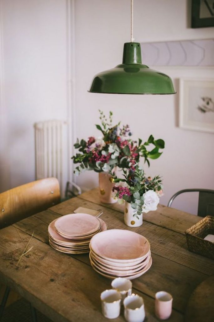 deco rose poudre pink table bois vaisselle lampe verte chaise en bois campagne boheme boho fleurs