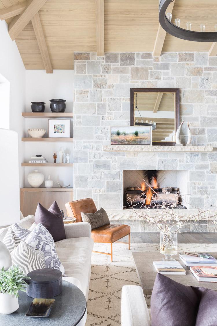 visite decoration chalet blanc salon cheminee pierre mur esprit montagne