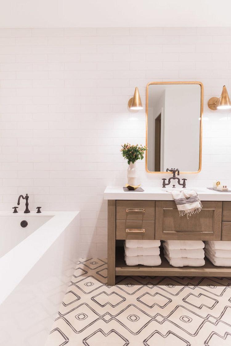 chalet blanc salle de bain carreaux ciment geometrique applique laiton 50s