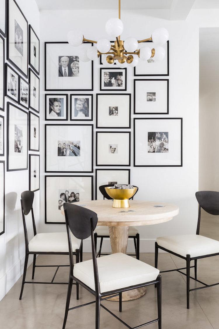coin repas sejour mur de cadre photos noir et blanc laiton