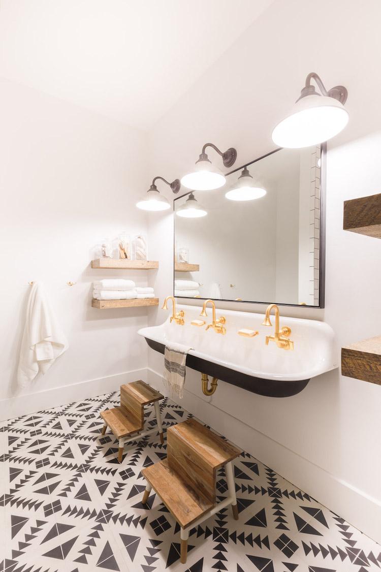 salle de bain noire chalet blanc vasque suspendu noir