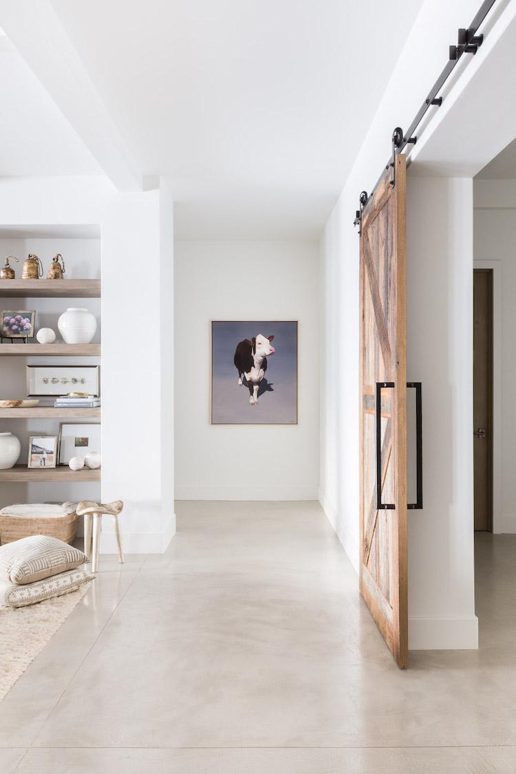 visite decoration chalet blanc moderne porte galandage industrielle bois roulettes