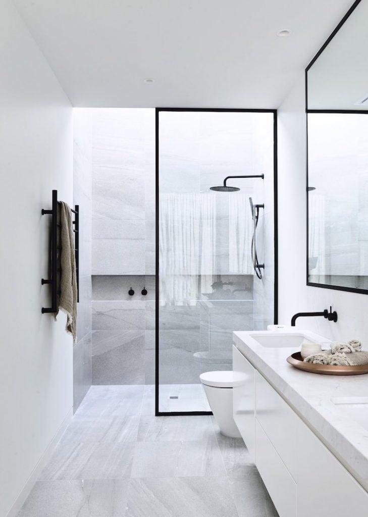 douche italienne petite salle de bain moderne minimaliste noire et blanche