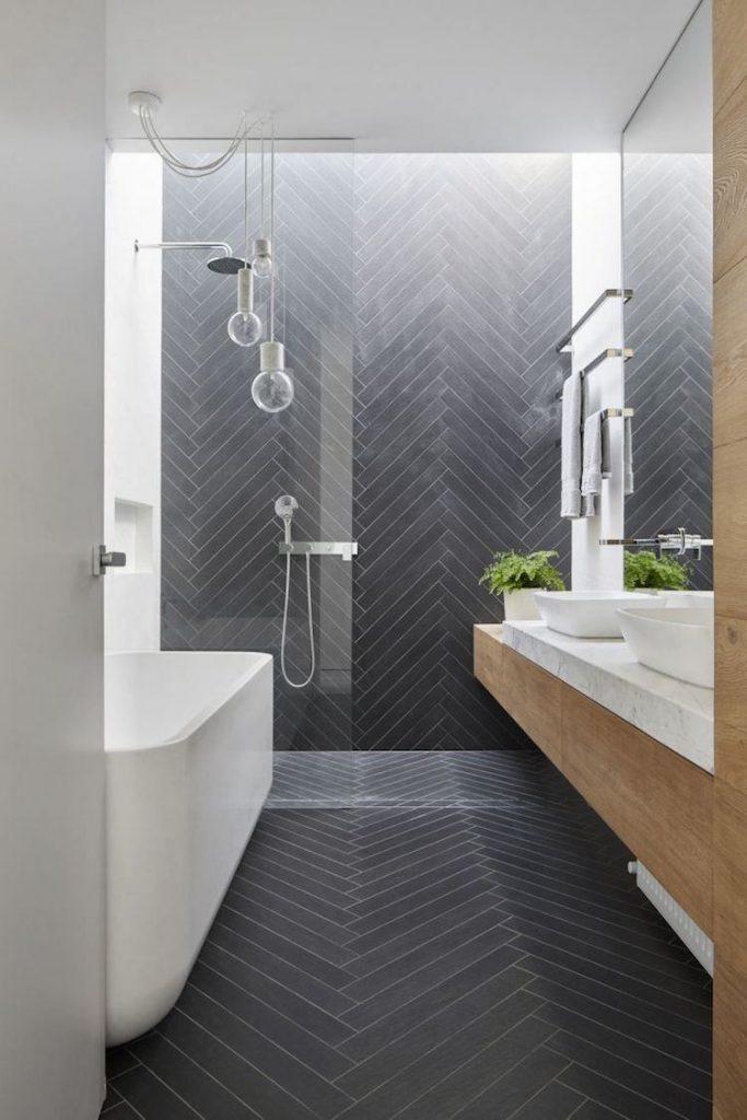 salle de bain noir et blanche carrelage pivot travers design carrelage gris point hongrie moderne