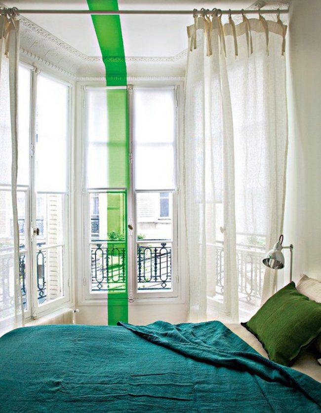 couleur de chambre bande verte mur blanc fenetre rideaux blancs lit colore