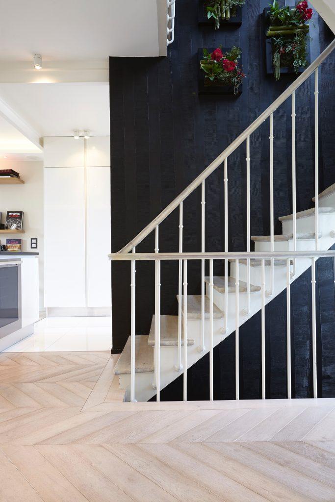 comment choisir son parquet blanchi point de hongrie mur noir escalier