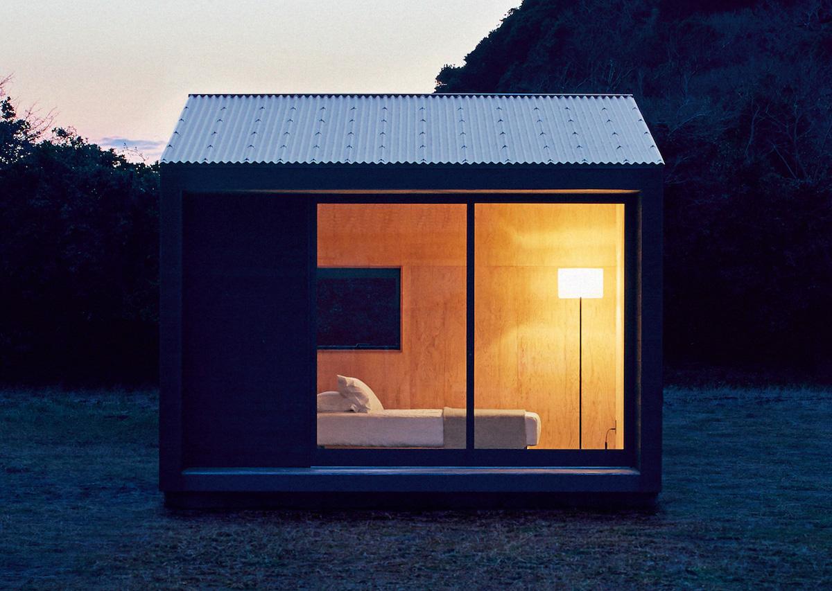 muji hut nuit lit lampe bois lumineux nuit champ montagne insolite original