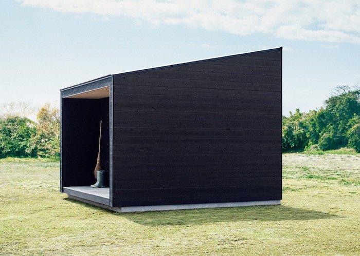 cabane muji cote exterieur bois noir