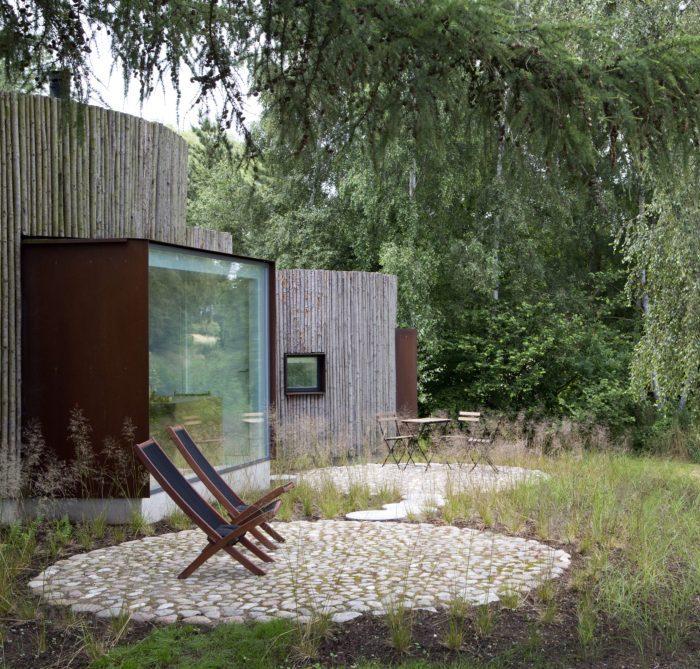 maison ronde terasse foret bois exterieur bois foret sapins pierres terasses nature chaises longues