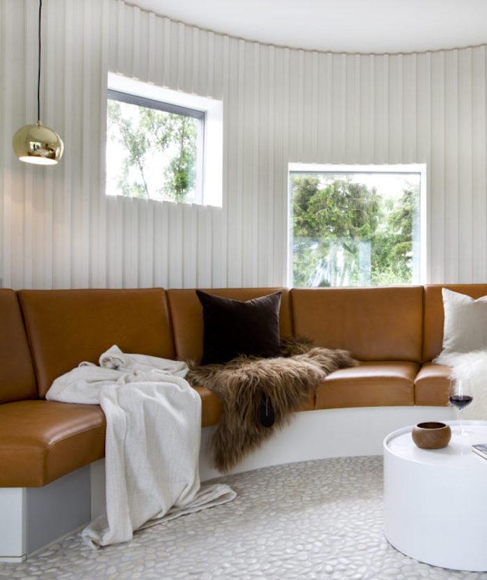 maison ronde salon canape cuir rond canape ;marron arc de cercle rond fourrure cousin table basse blanche