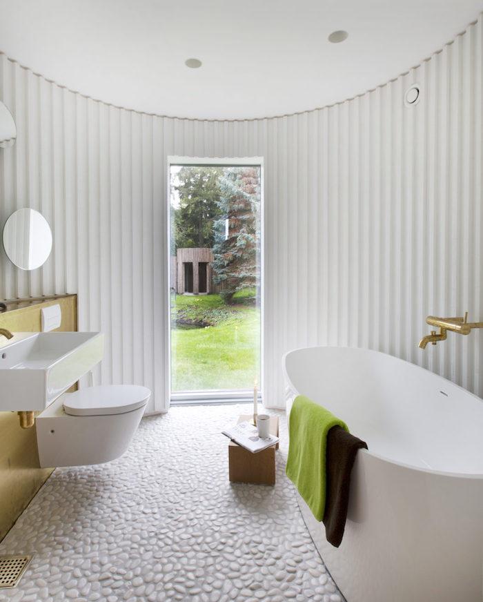 maison ronde salle de bain baignoire wc vitre blanc foret vitre lumiere miroir bois blanc