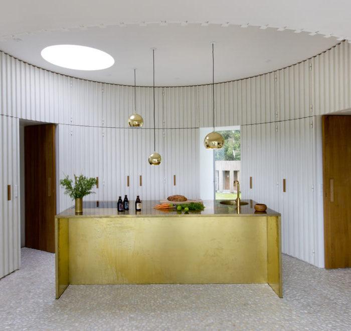 maison ronde or bois blanc table cuissons plaques bois blanc lumiere fenetre rangement