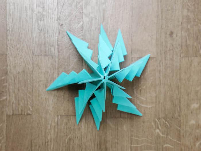 bricolage de noel 12 papier bleu turquoise ciseaux et feutres edding
