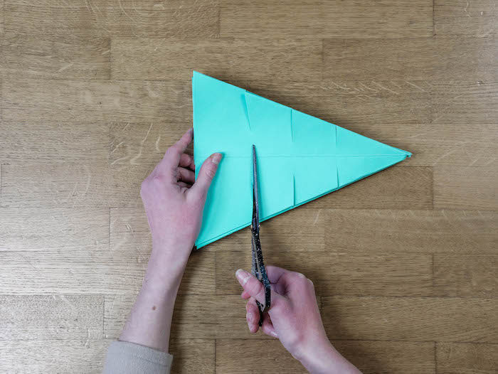 bricolage de noel 10 papier bleu turquoise ciseaux et feutres edding