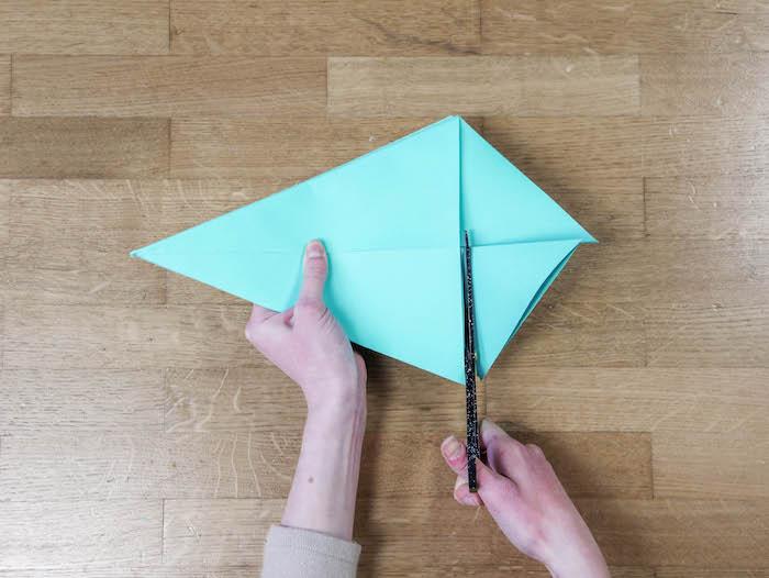 bricolage de noel 9 papier bleu turquoise ciseaux et feutres edding