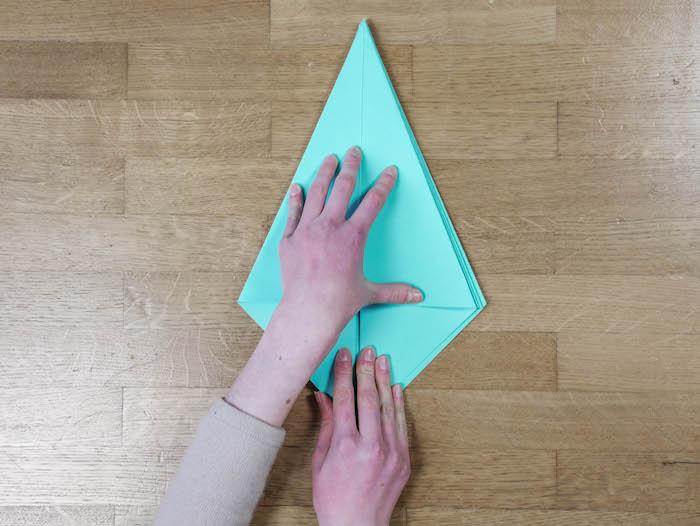 bricolage de noel 8 papier bleu turquoise ciseaux et feutres edding