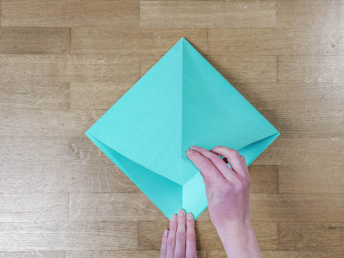 bricolage de noel 4 papier bleu turquoise ciseaux et feutres edding