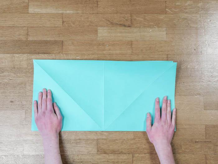 bricolage de noel 3 papier bleu turquoise ciseaux et feutres edding