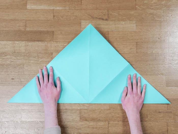 bricolage de noel 2 papier bleu turquoise ciseaux et feutres edding