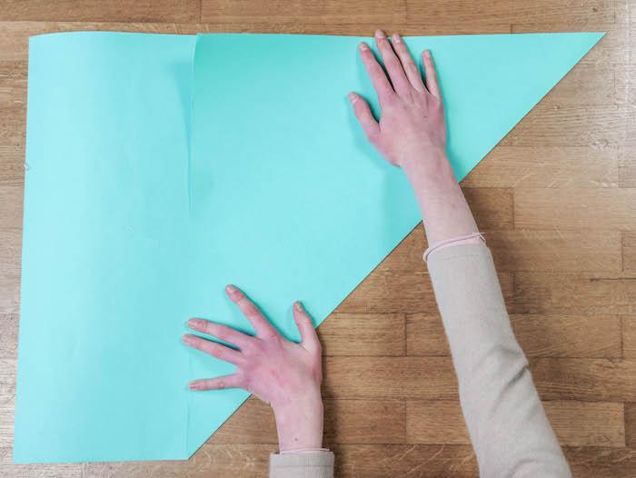 bricolage de noel 1 papier bleu turquoise ciseaux et feutres edding