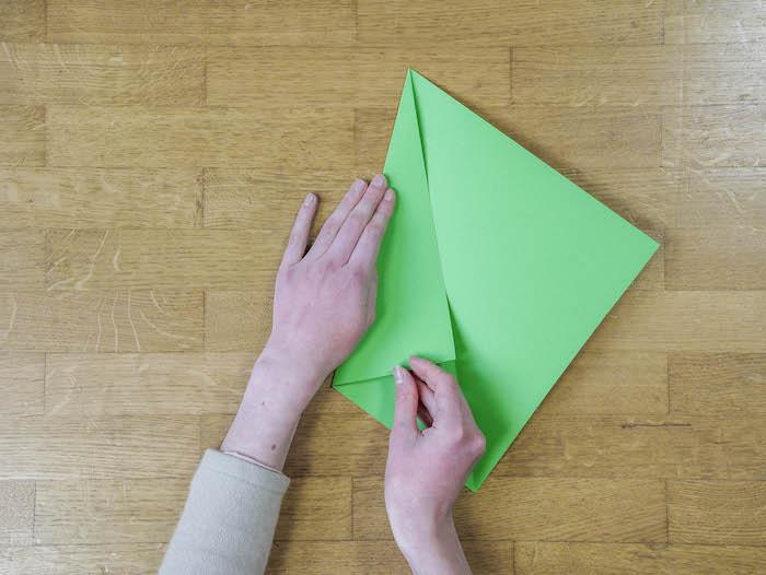 bricolage de noel 4 papier vert corde pompons et feutres