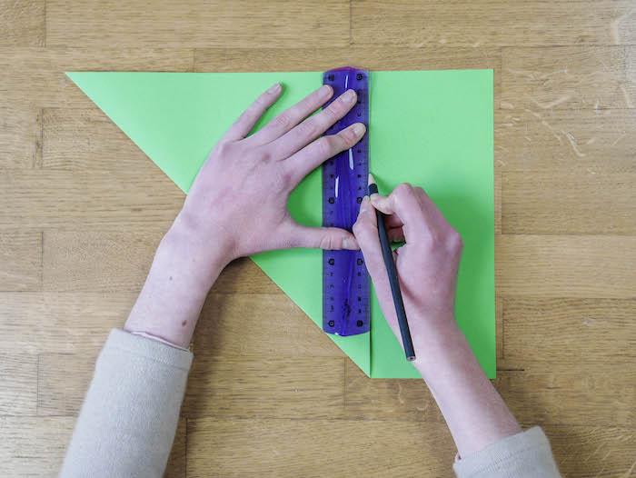 bricolage de noel 2 papier vert corde pompons et feutres