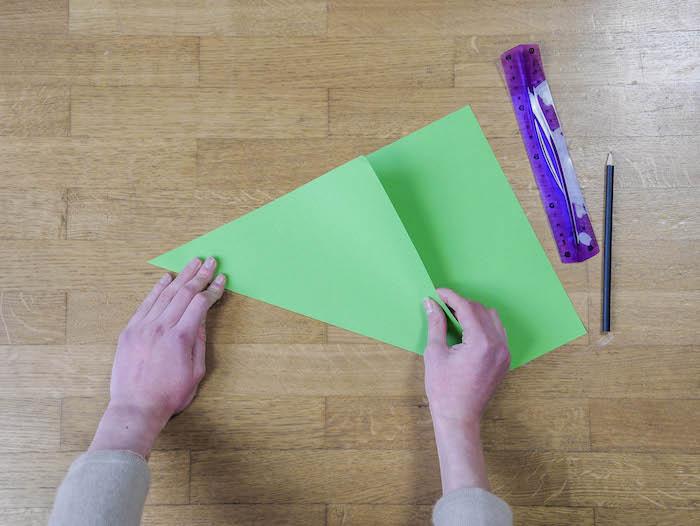 bricolage de noel 1 papier vert corde pompons et feutres