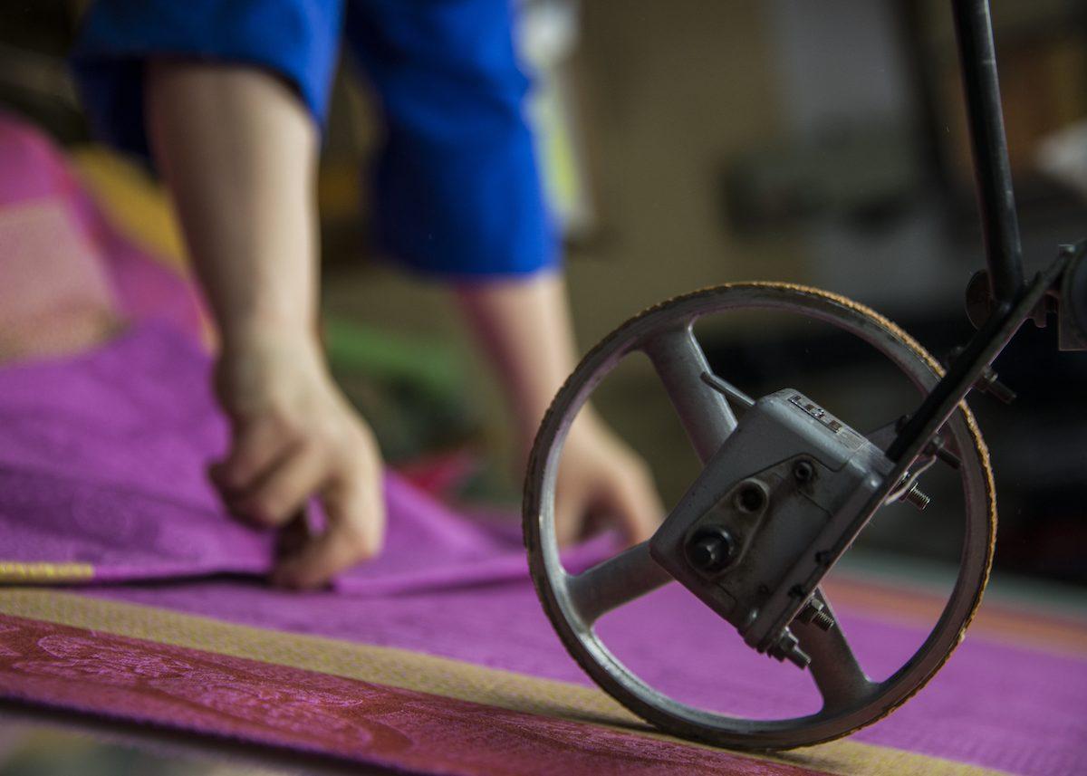 secrets fabrication jacquard francais tissus rose tombe de metier a tisser ouvrier artisan
