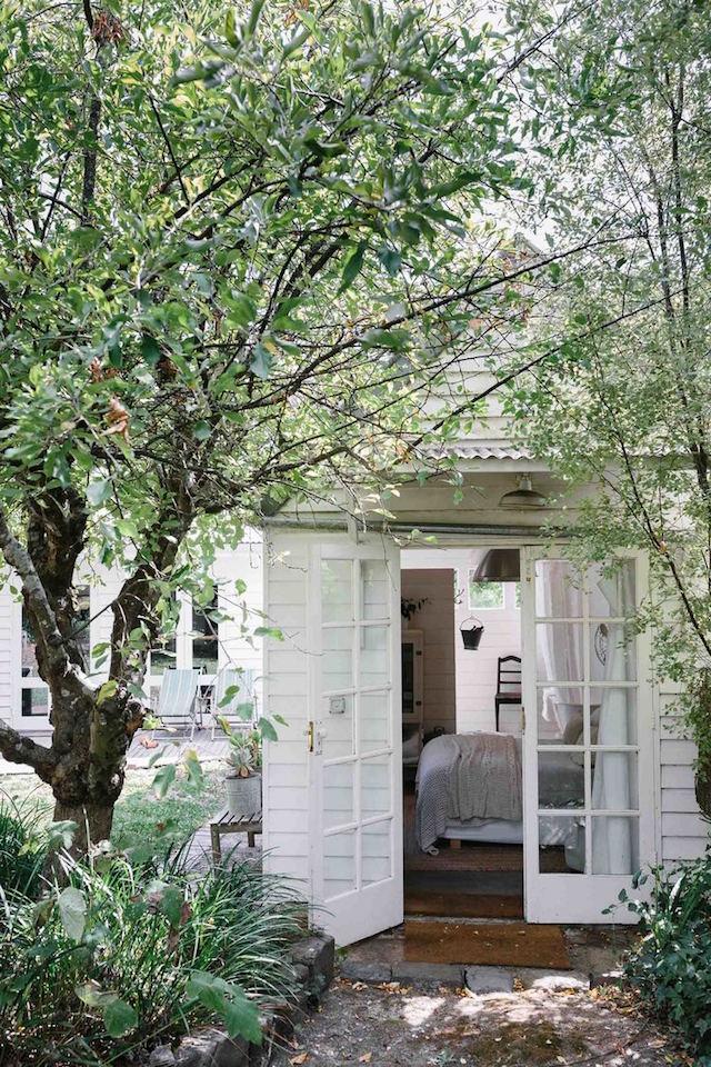 mini maison champêtre chambre sur jardin déco romantique