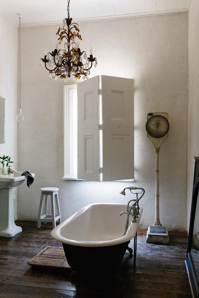 mini maison champêtre salle de bain vintage baignoire sur pied noire