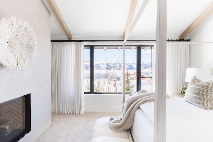 chalet blanc chambre fenetre neige blog deco clem around the corner