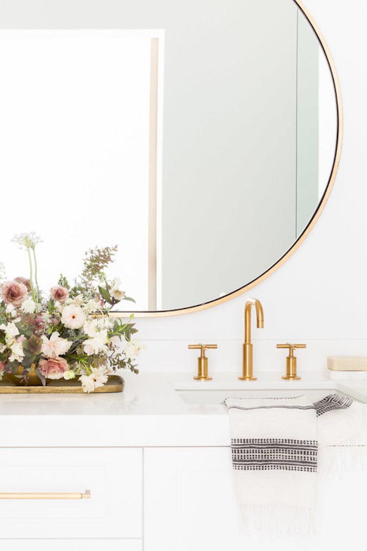 chalet blanc or miroir rond salle de bain minimaliste
