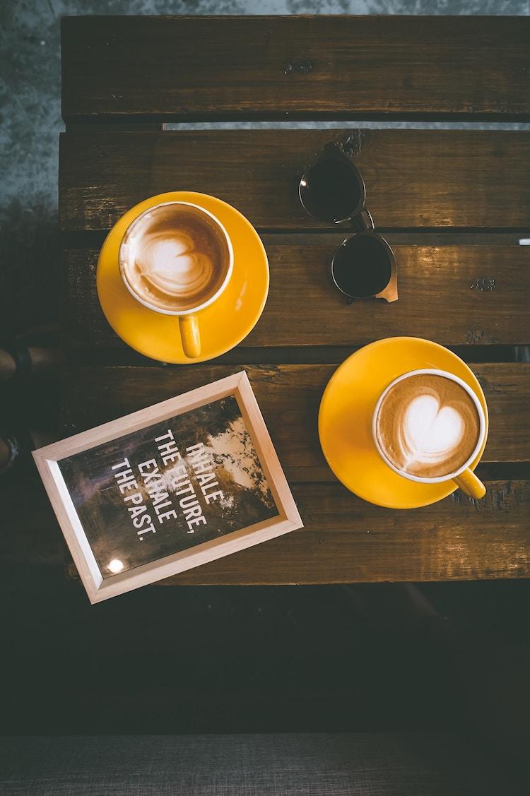 déco à coeur latte art cafe parisien vintage tasse jaune moutarde
