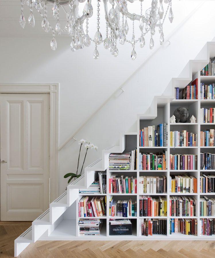 aménager un dessous d'escalier bibliothèque sur mesure