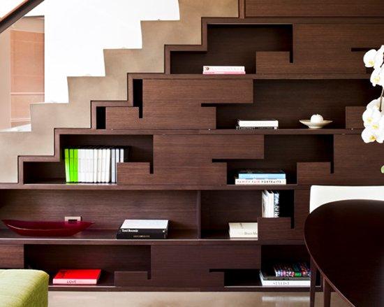 étagère bibelot exposition sur mesure aménager un dessous d'escalier